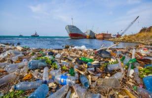 πλαστικά σκουπίδια στην θάλασσα