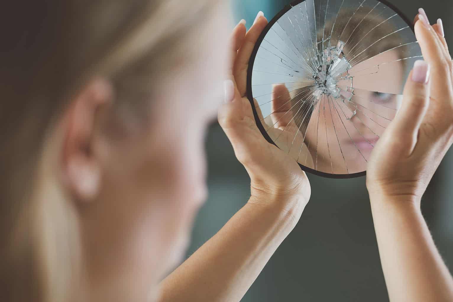 Δεισιδαιμονία -Το σπάσιμο καθρέφτη θεωρείται γρουσουζιά - κακός οιωνός
