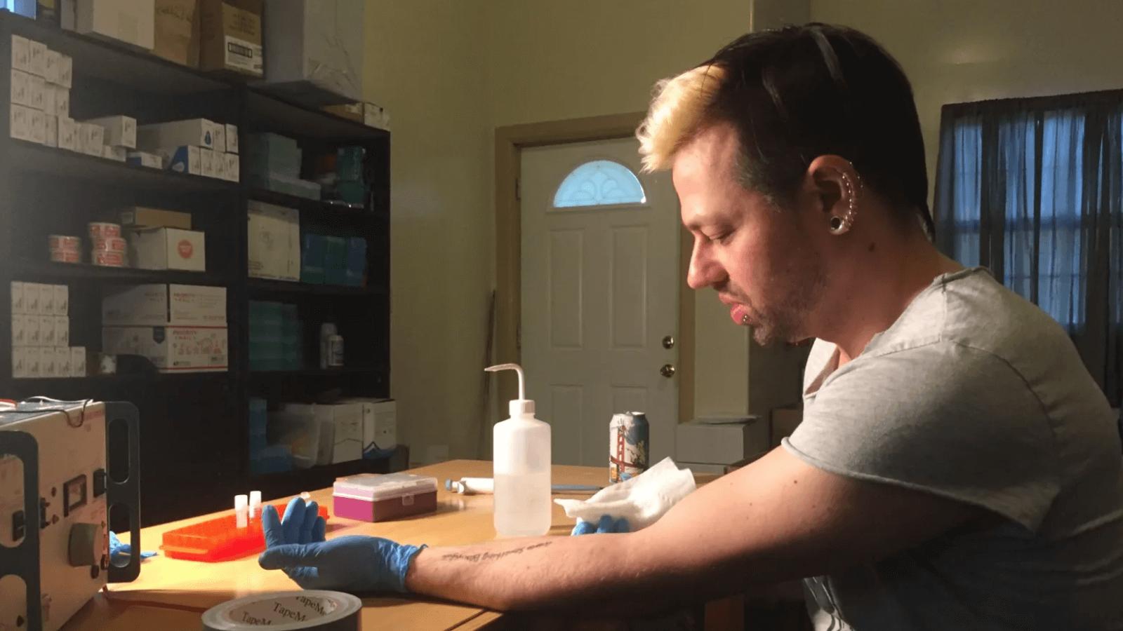 Ο Biohacker Josiah Zayner στο Αφύσικη Επιλογή από το Netflix